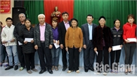 Phó Chủ tịch UBND tỉnh Lê Ánh Dương tặng quà Tết  người có uy tín và hộ nghèo huyện Lục Ngạn