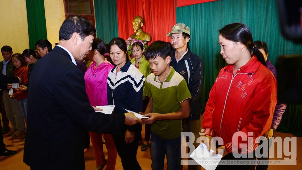 Bí thư Tỉnh ủy Bùi Văn Hải thăm, tặng quà cho người có hoàn cảnh khó khăn tại Lục Ngạn
