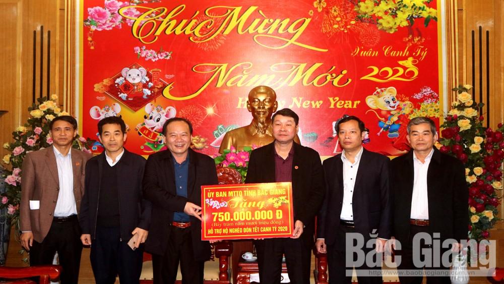Chủ tịch Ủy ban MTTQ tỉnh Trần Công Thắng tặng quà Tết cho hộ nghèo huyện Sơn Động