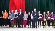Bí thư Tỉnh ủy Bùi Văn Hải thăm, tặng quà hộ nghèo huyện Hiệp Hòa