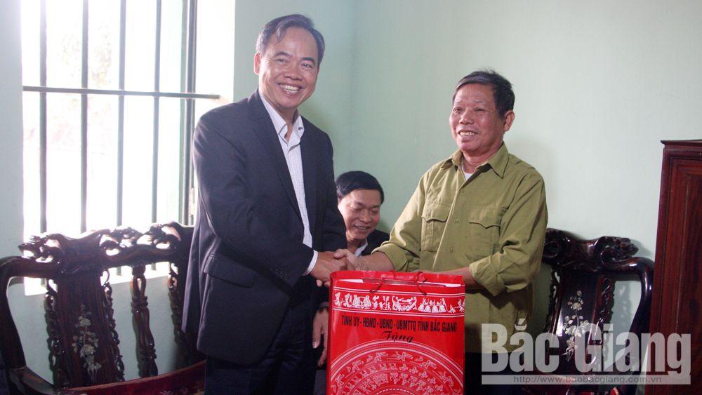Phó Chủ tịch Thường trực HĐND tỉnh Bùi Văn Hạnh thăm, tặng quà Tết gia đình chính sách huyện Việt Yên