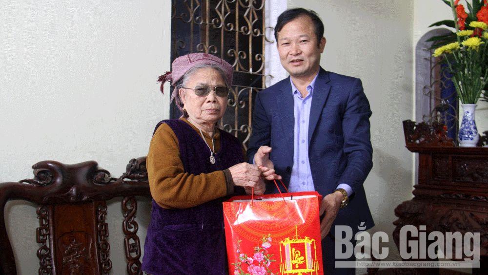 Lãnh đạo huyện Việt Yên thăm, tặng quà Tết người có công