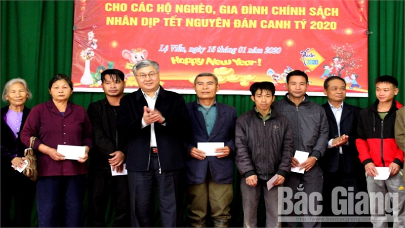 Phó trưởng Đoàn ĐBQH tỉnh Bắc Giang Trần Văn Lâm tặng quà Tết hộ nghèo huyện Sơn Động