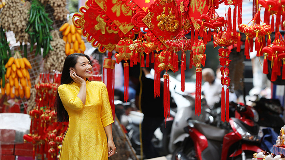 Hanoi's Old Quarter doused in typical Tet flamboyance