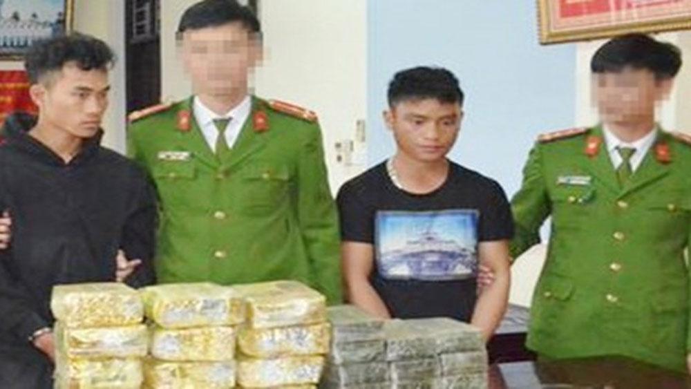 Bắt 2 đối tượng người Lào vận chuyển 20 bánh heroin, 12 kg ma túy đá