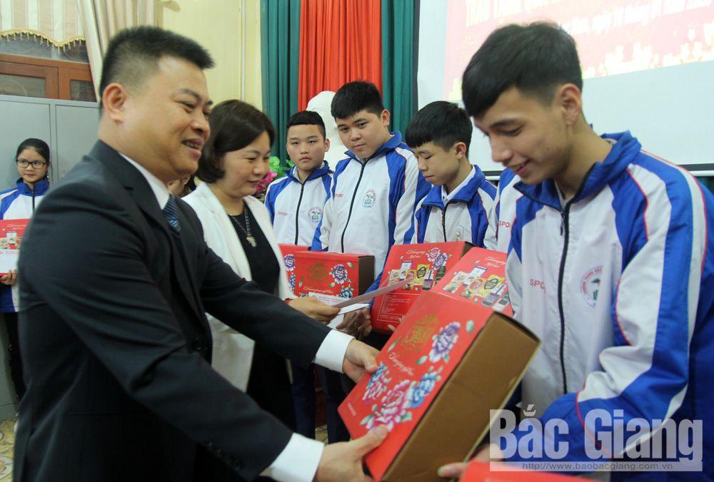 tặng quà tết, người nghèo, tặng quà, học sinh dân tộc, giáo dục