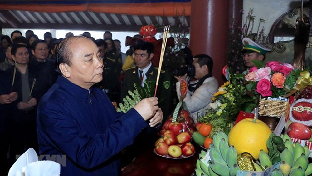 PM, Nguyen Xuan Phuc, offers incense, President Ho Chi Minh, national solidarity, prosperous and powerful nation