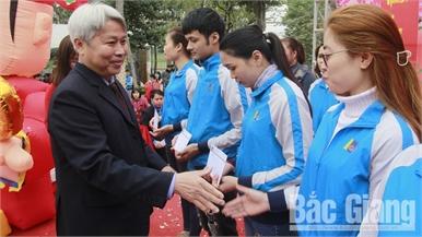 """Gần 2 nghìn thanh niên công nhân tham dự chương trình """"Xuân yêu thương - Tết sum vầy"""""""