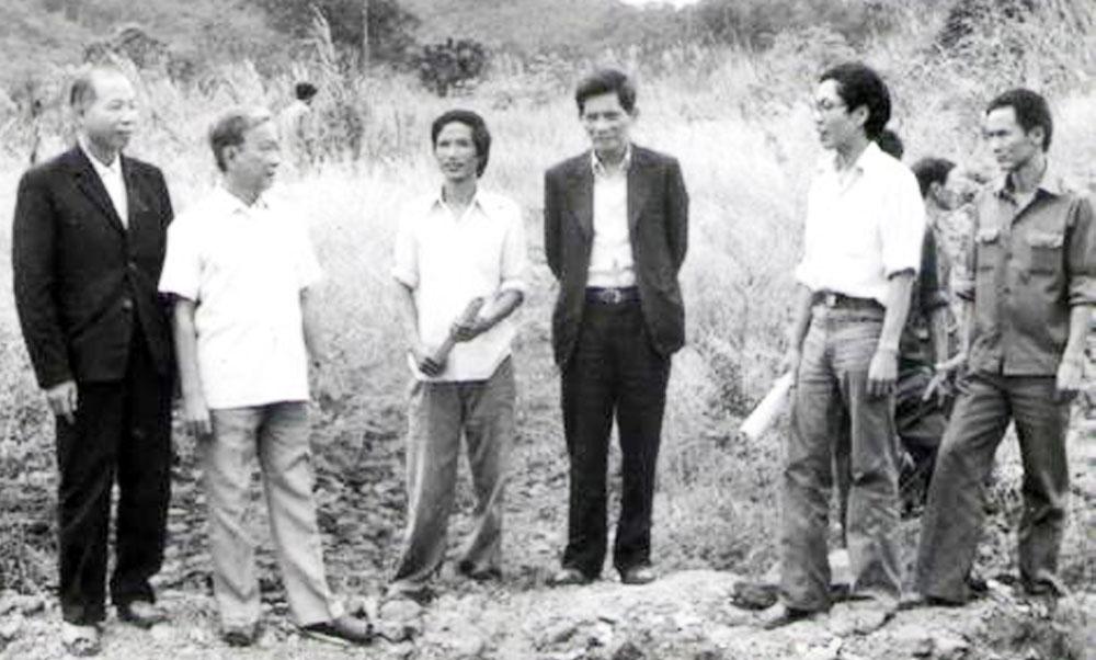 Nhà thơ Tố Hữu (thứ 2 bên trái) trong chuyến công tác tại Lâm Đồng năm 1977. (Ảnh tưu liệu).