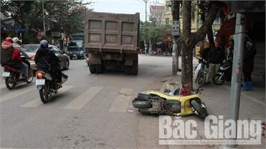 Bị ô tô lao vào khi dừng chờ đèn đỏ, 2 người thương vong