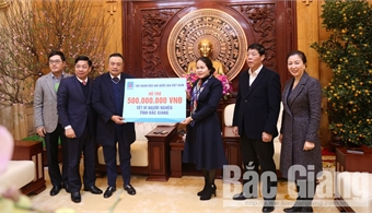 Chairman of PetroVietnam Tran Sy Thanh extends Tet greeting and presents gifts to poor people in Bac Giang
