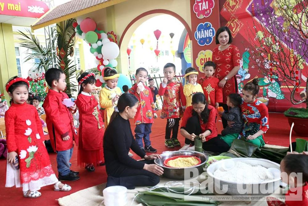 Thousands of students, Bac Giang province, traditional Tet, Tet dishes table, five-fruit tray, special art programme, dragon dance performances