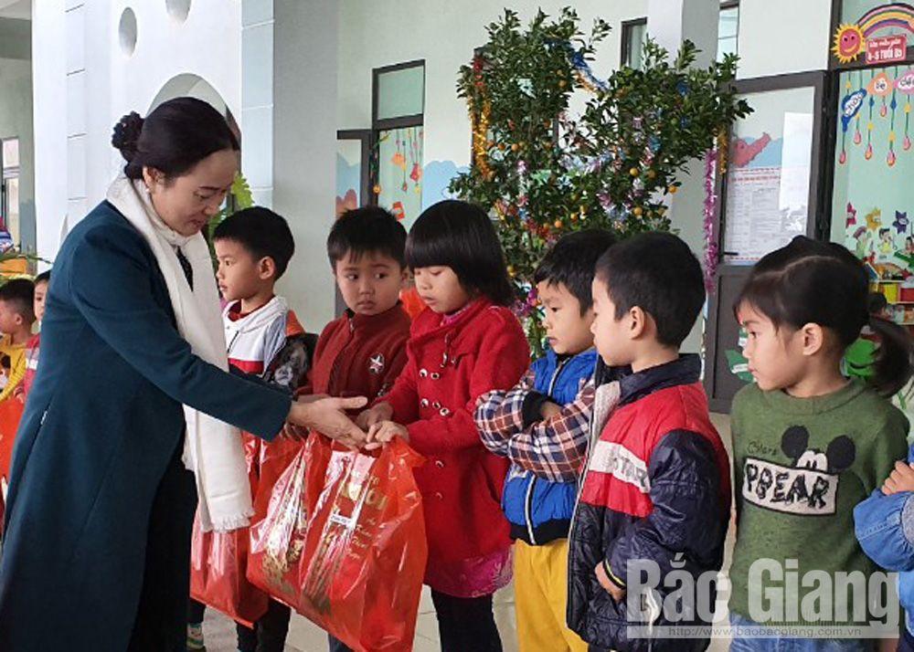 tặng quà tết, người nghèo, giáo viên, công đoàn, giáo dục, bắc giang, Trần Tuấn Nam