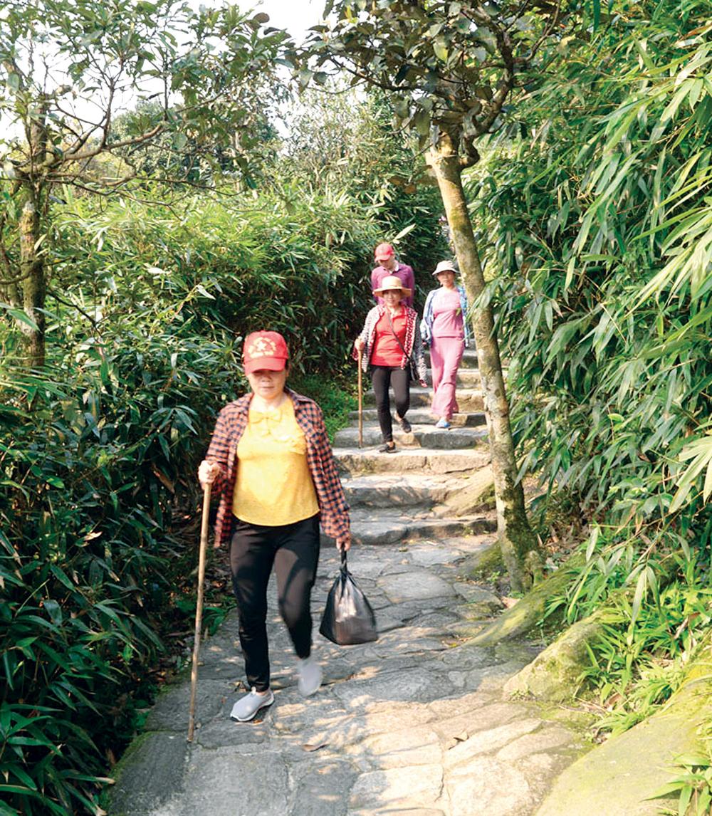 Du khách hành hương lên chùa Đồng từ phía Tây Yên Tử. Ảnh:  Tuấn Anh