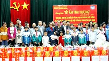 Thêm 30 suất quà Tết tặng trẻ em nghèo