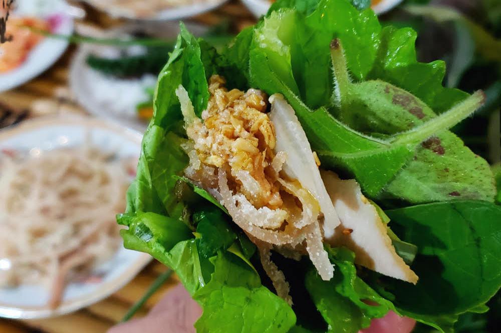 Goi la, interesting twist, spring roll, Kon Tum Province, fresh green leaves, popular dish, harmonious combination, indigenous leaves