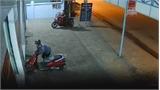 Cặp vợ chồng chở theo con nhỏ vẫn bẻ khóa, ăn trộm xe máy siêu nhanh