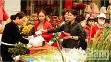 """Bắc Giang: Dịch vụ """"ăn theo"""" Tết hút khách"""