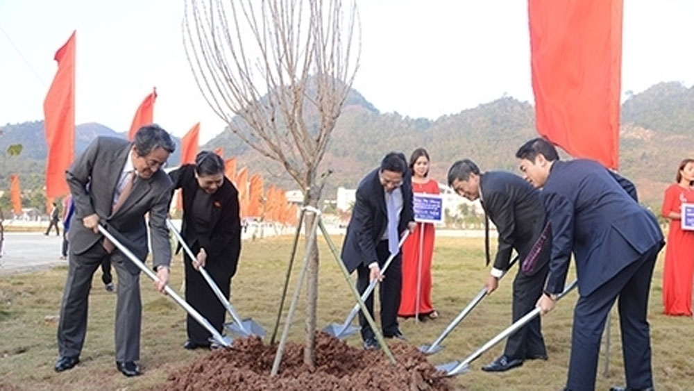 Leaders attend ceremony to plant cherry blossom trees in Son La Province