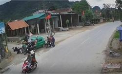Taxi đâm trúng 11 người ở Quảng Bình, 4 người nhập viện