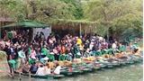 Hàng nghìn du khách ùn ùn đổ về khu du lịch Tràng An