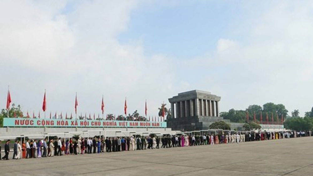 Over 26,600 pay tribute to President Ho Chi Minh during Tet