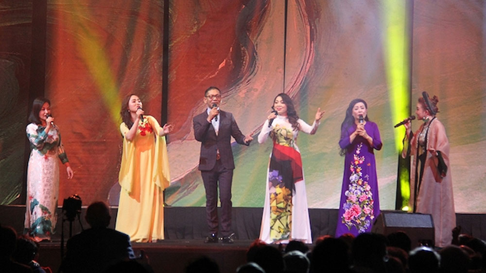 Vietnamese community in France celebrates Tet