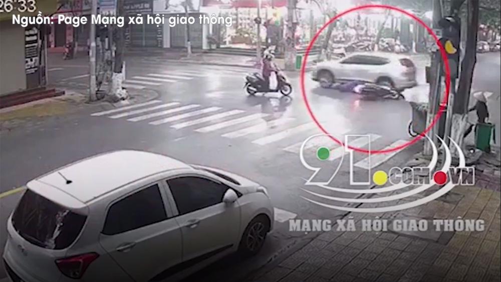 Phanh xe máy gấp, người phụ nữ lọt gầm ô tô 7 chỗ nguy kịch