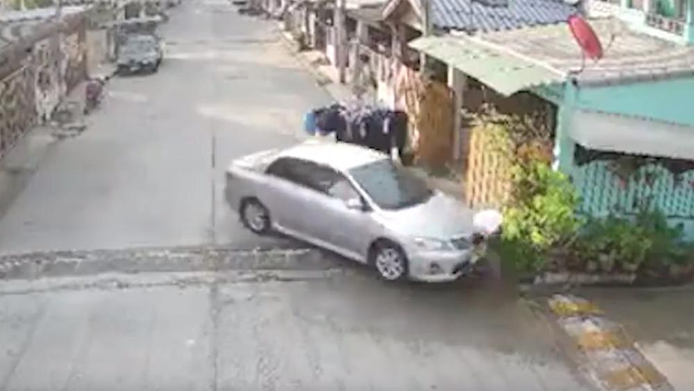 """Thái Lan: Lái xe tông chết hàng xóm chỉ vì người này """"sống vô tâm"""""""