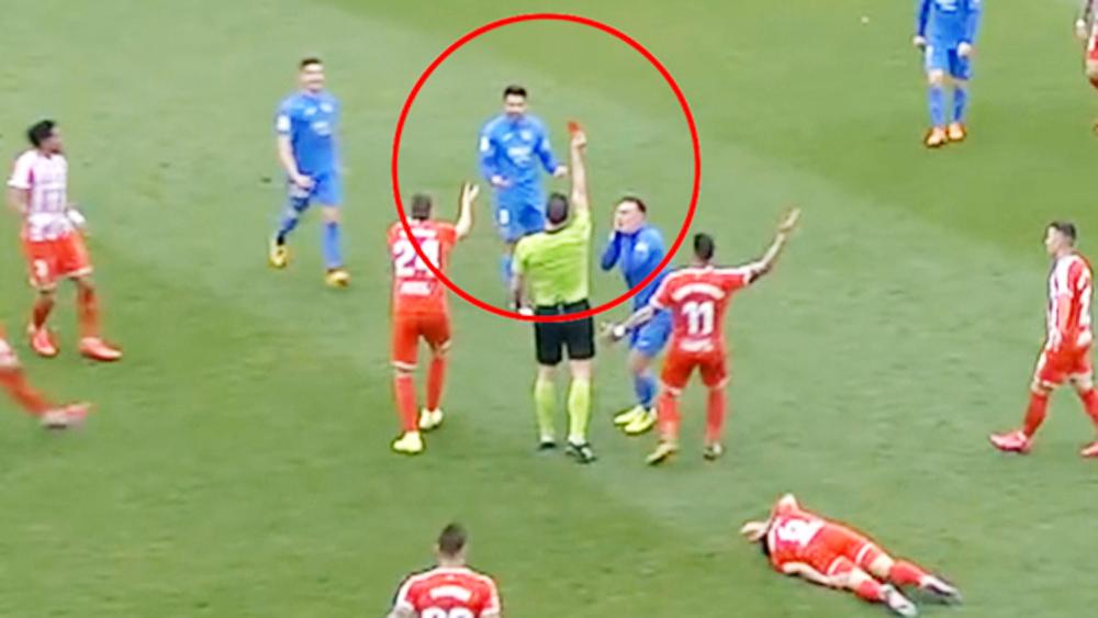 Cầu thủ bị thẻ đỏ hai lần trong một trận đấu
