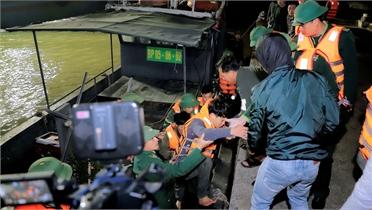 Bộ đội Biên phòng Thanh Hóa cứu nạn 7 ngư dân bị chìm tàu trên biển