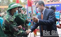 Phó Chủ tịch Thường trực HĐND tỉnh Bùi Văn Hạnh dự lễ giao nhận quân tại huyện Yên Thế