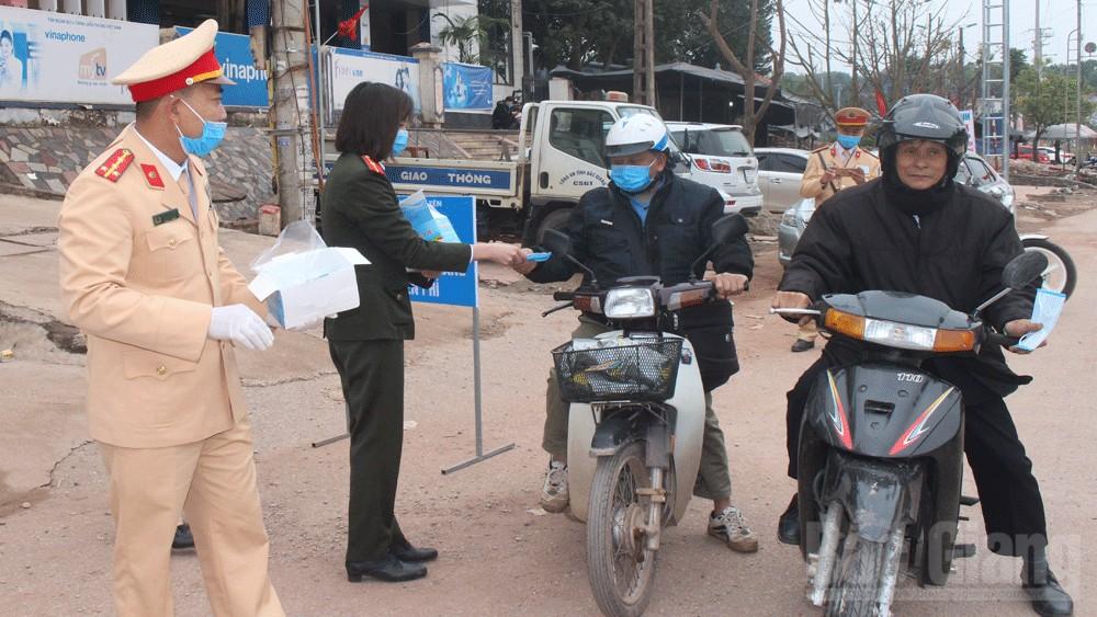 Bắc Giang: Phát miễn phí khẩu trang cho người dân đến tiễn thanh niên nhập ngũ