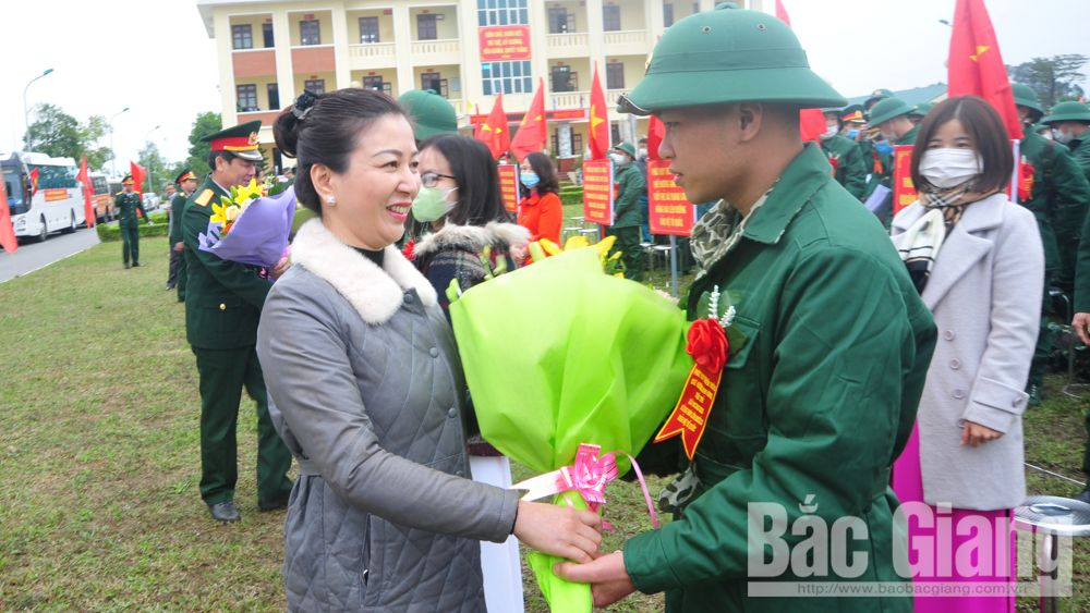 Phó Bí thư Thường trực Tỉnh uỷ Lê Thị Thu Hồng động viên tân binh huyện Việt Yên lên đường nhập ngũ