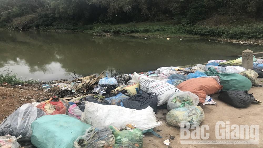 Sơn Động: Nhiều người tùy tiện đổ rác ra sông gây ô nhiễm môi trường