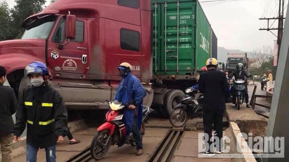 va chạm giao thông, Lục Nam, Bắc Giang, cầu Cẩm Lý, Tài xế xe đầu kéo ngủ gật gây tai nạn