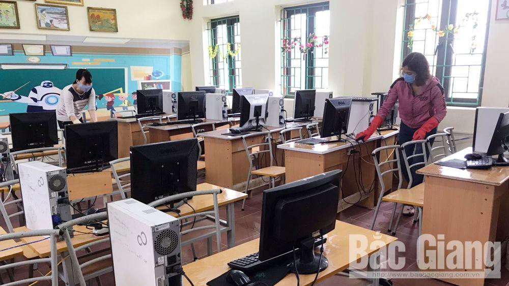 Ngày 13-2, cán bộ, giáo viên Trường Tiểu học Đức Thắng (Hiệp Hòa) kiểm tra cơ sở vật chất chuẩn bị đón học sinh trở lại trường.