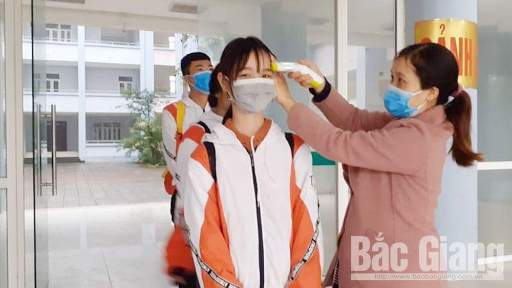 Trường THPT Thân Nhân Trung (Việt Yên) đã chủ động mua thiết bị đo thân nhiệt cho học sinh ngay khi có thông tin về dịch bệnh.