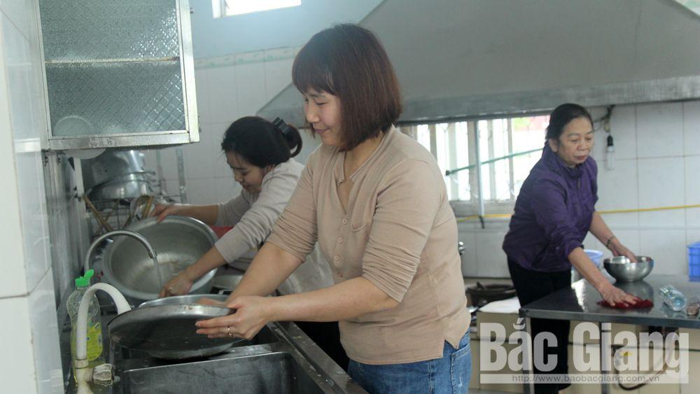 2 ngày/1 lần, cán bộ, giáo viên Trường Mầm non New world Trần Luận (TP Bắc Giang) tổ chức vệ sinh trang thiết bị, đồ dùng phục vụ bán trú.