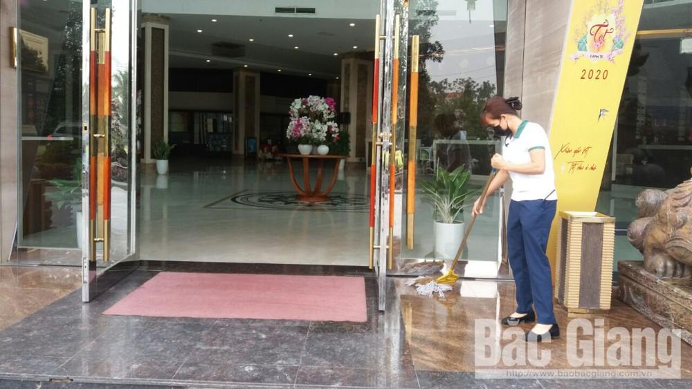 Nhân viên khách sạn Mường Thanh (TP Bắc Giang) làm công tác vệ sinh môi trường phòng ngừa dịch bệnh.