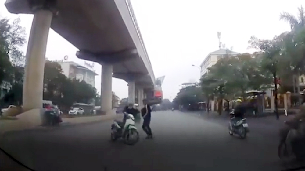 Chạy xe máy lạng lách đánh võng, 2 thanh niên trượt dài trên đường