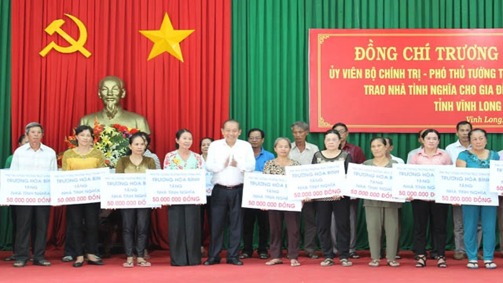 Deputy PM, Truong Hoa Binh, social houses, Vinh Long province, policy beneficiaries,  revolutionary contributors
