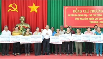 Deputy PM Truong Hoa Binh presents social houses in Vinh Long