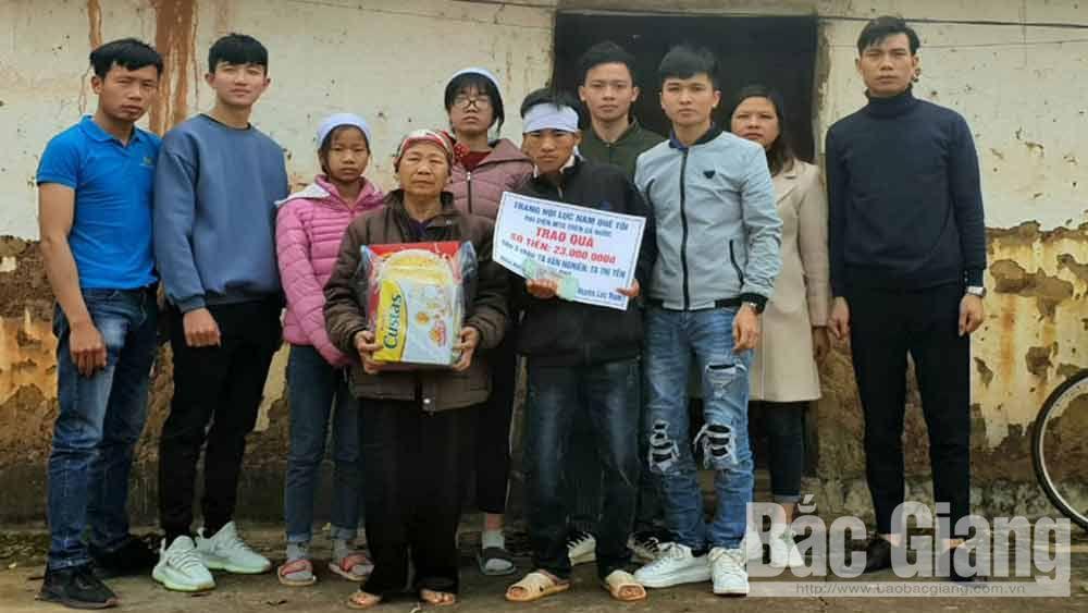 Gia đình em Tạ Văn Nghiên được trao tặng 23 triệu đồng
