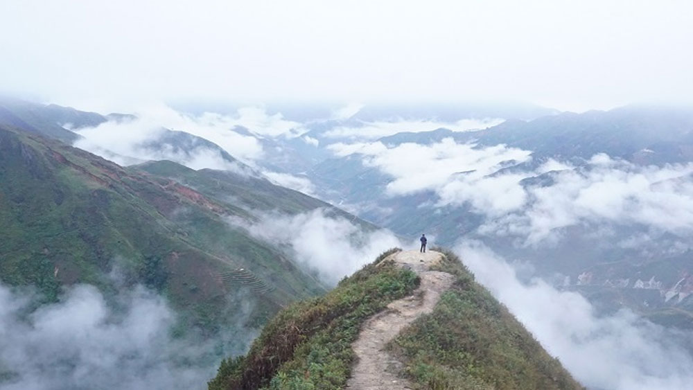 Sea of clouds, northern mountainous fervor, Ta Xua, 2,800-meter-high mountain range, local destination, Vietnamese backpacking community