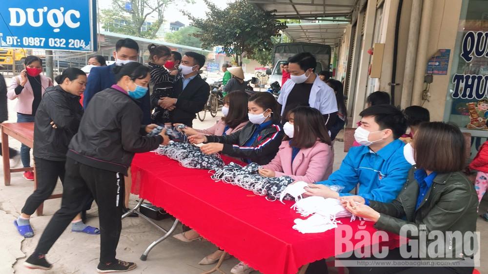 Lạng Giang: Doanh nghiệp phát miễn phí 2,4 nghìn khẩu trang vải cho người dân