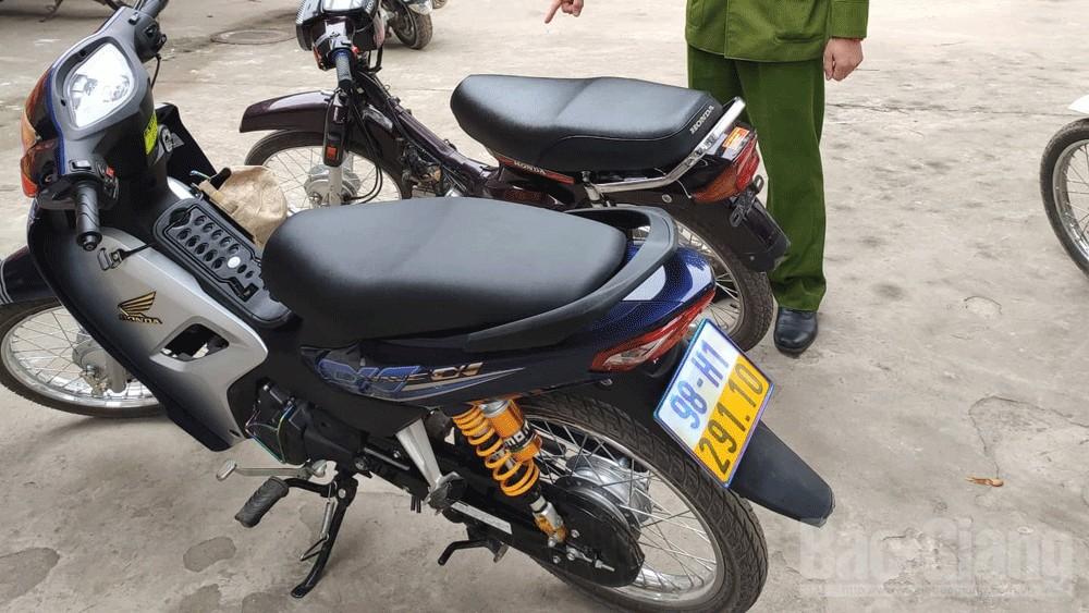 """Bắc Giang: Công an thị trấn Cao Thượng (Tân Yên) xử lý hai đối tượng đi xe máy """"bốc đầu"""""""