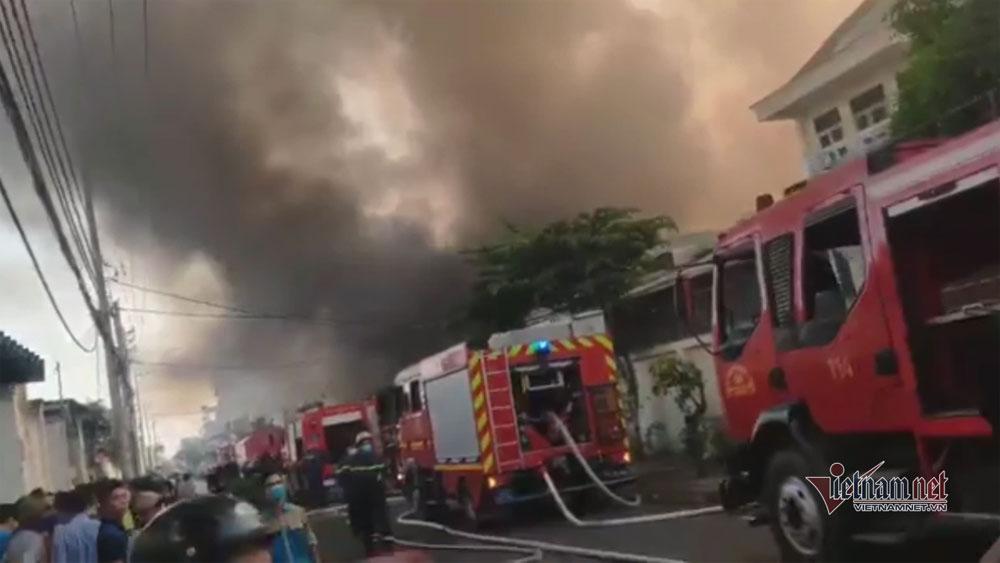 Cháy lớn nhà xưởng, khói đen kín đặc ngoại ô TP Hồ Chí Minh