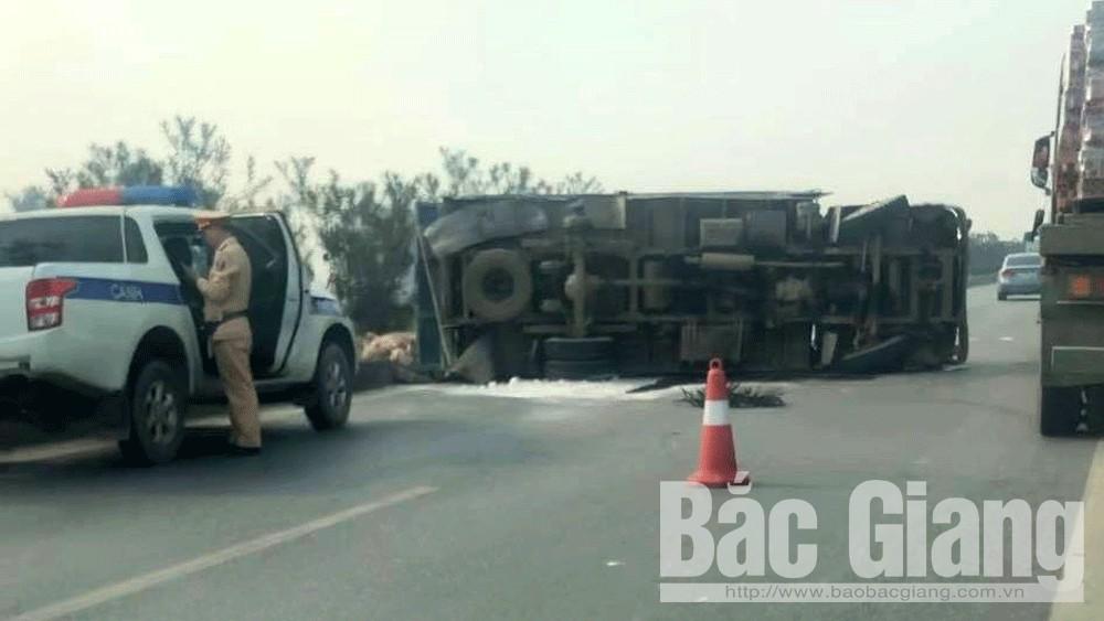 Xe tải chở vôi rơi bánh sau, lật ngang trên cao tốc Hà Nội - Bắc Giang