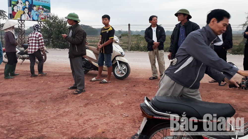 Lập biên bản về việc đổ đất xây dựng cây xăng tại thôn Đức Thọ, xã Dương Đức